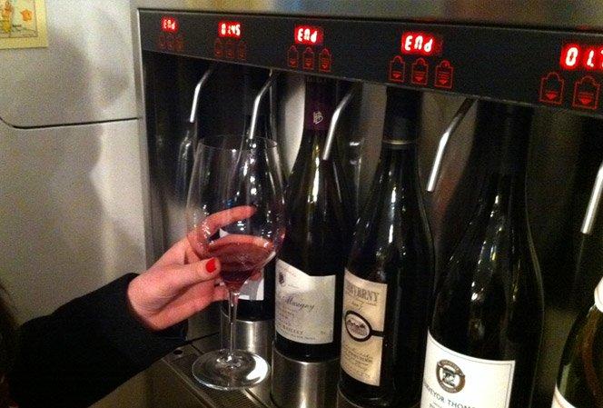 Loja com máquina para degustar vinhos
