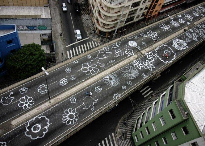 Artista plástico pinta flores no asfalto do Minhocão