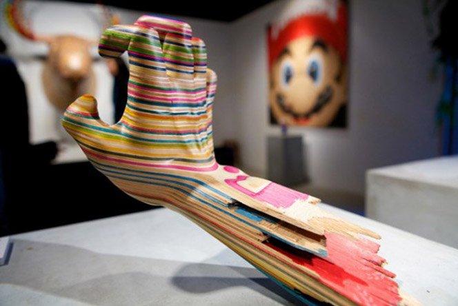 Esculturas com skates quebrados