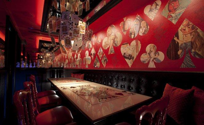 Restaurante decorado ao estilo Alice no País das Maravilhas