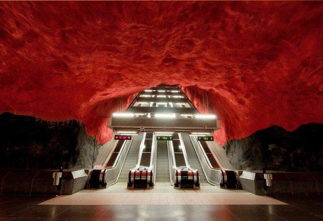 O Metrô em Estocolmo Parece uma Caverna