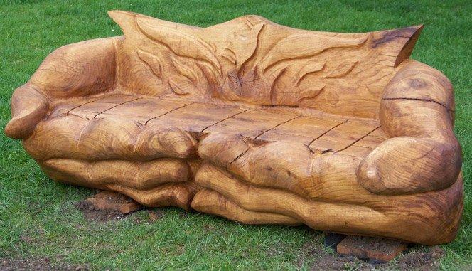 Esculturas e móveis de madeira