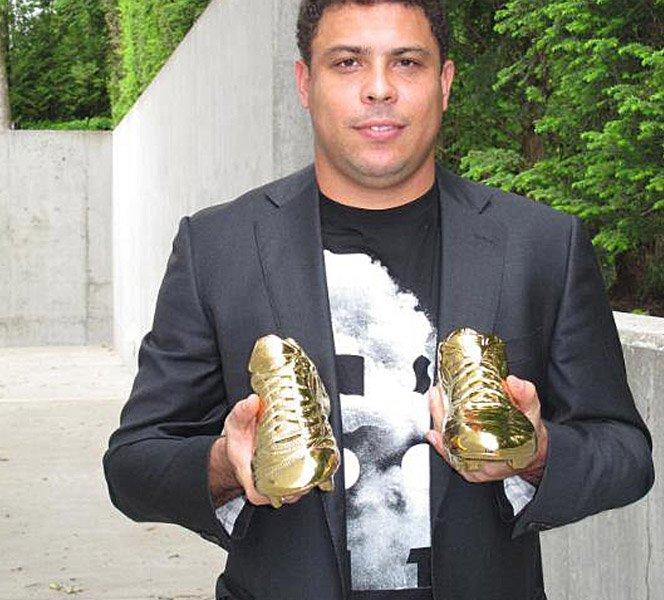 Ronaldo é Homenageado com Chuteira de Ouro