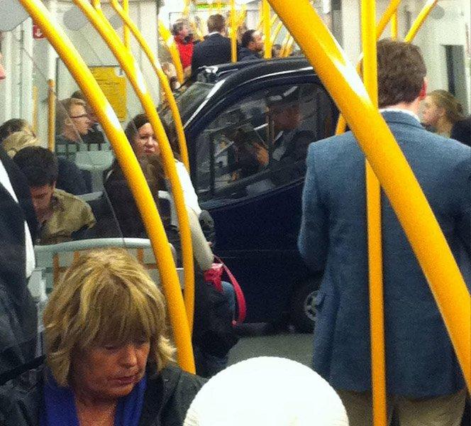 O dia em que um carro pegou o metrô