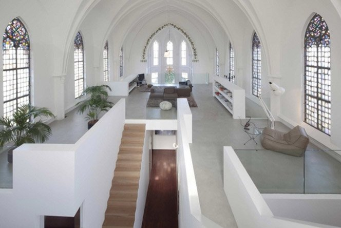 Morando em uma igreja