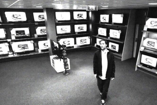 Como enganar as câmeras de segurança e roubar uma TV de LED da loja