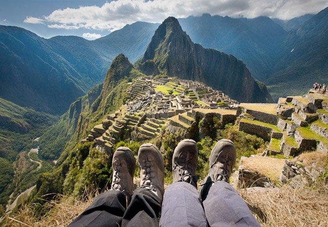 Casal fotografa seus pés em vários lugares do mundo