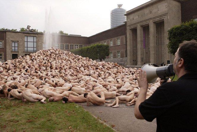 O fotógrafo das multidões nuas
