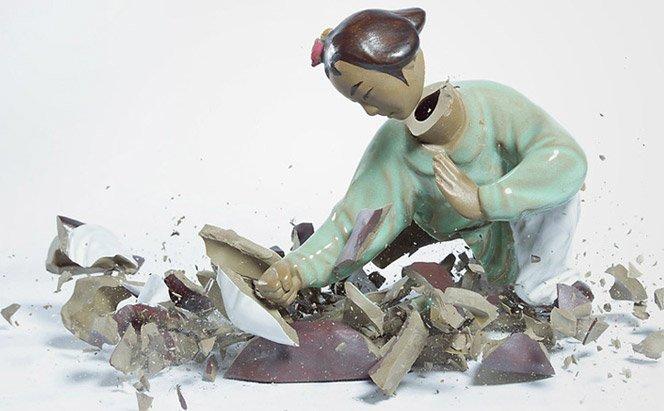 Fotógrafa registra bonecos de cerâmica quebrando no chão