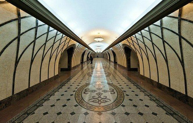 Metrô no Cazaquistão parece um castelo por dentro
