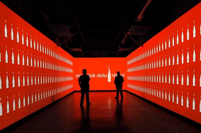 Projeção mostra os 125 anos da Coca-Cola