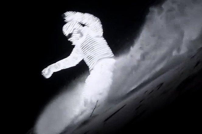 Andando de snowboard a noite