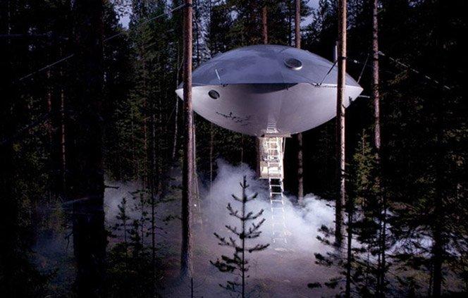 Casa na árvore com formato de disco voador