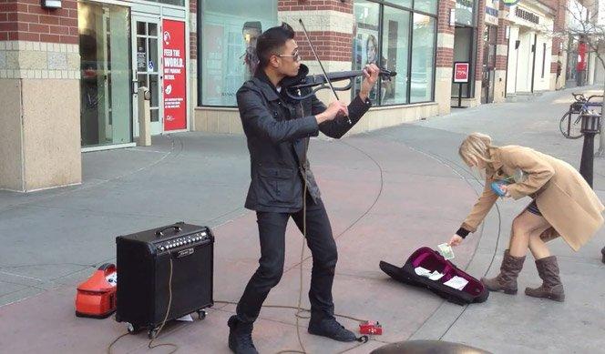 Músico de rua inova com seu violino e ganha um bom dinheiro