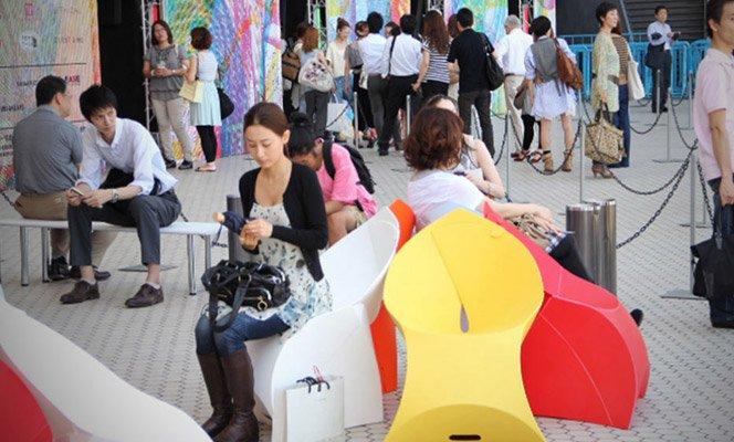 O redesign da cadeira de plástico. Você vai querer ter uma na sua casa.