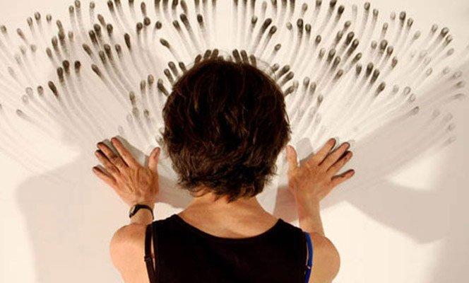 Artista usa a ponta dos dedos como pincéis em obras sensacionais