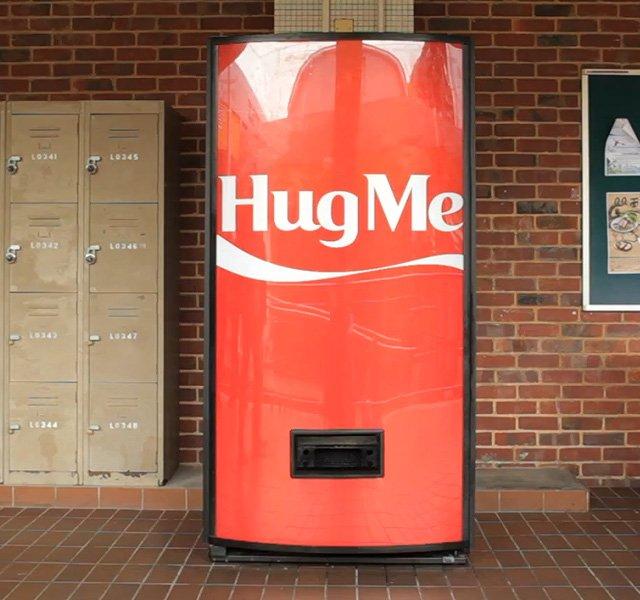 Um abraço. Esse é o preço de uma Coca-Cola na Cingapura.