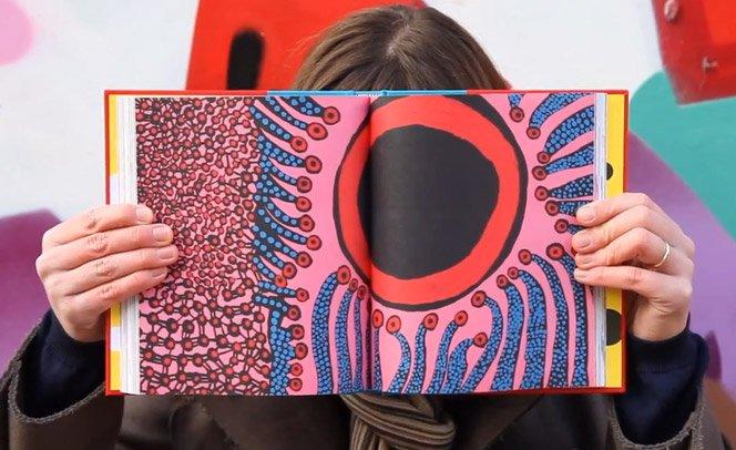 Kusama, artista que vê bolas em tudo, ilustra Alice no País das Maravilhas