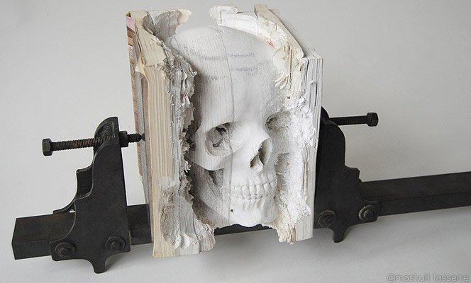 Caveira esculpida em livros