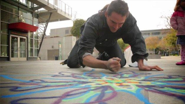 Arte no chão com areia colorida