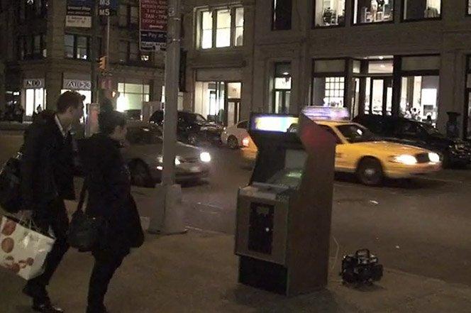 O jogo Frogger na 5a Avenida em NYC com carros reais