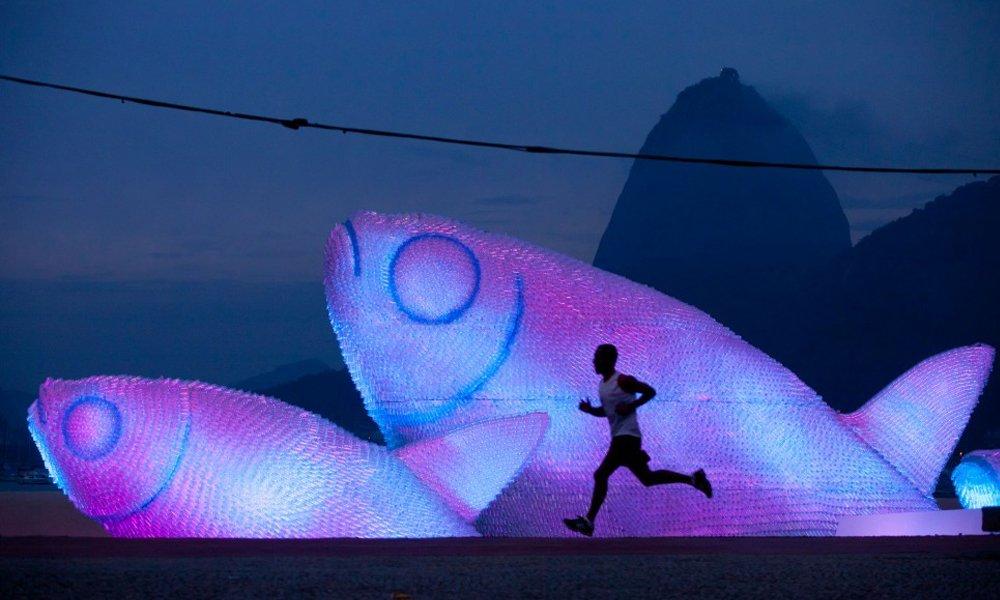 Peixes gigantes feitos com garrafas pet nas praias do Rio