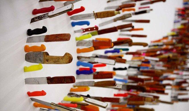 Tipografia na parede feita com facas