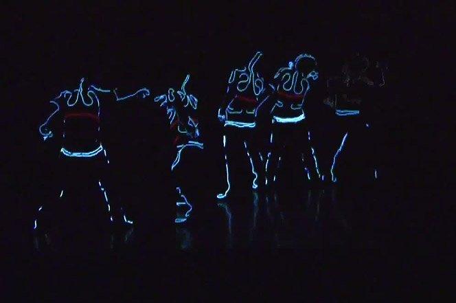 Performance insana usando roupas com led controladas via wireless