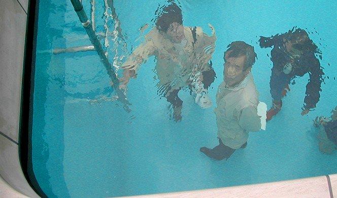 Artista cria piscina que não molha