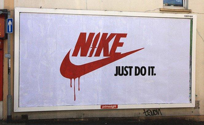 Artistas alteram mensagens de anúncios publicitários como forma de protesto