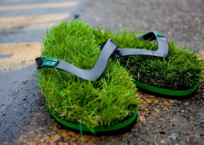 Com esse chinelo você pisa na grama até dentro de casa