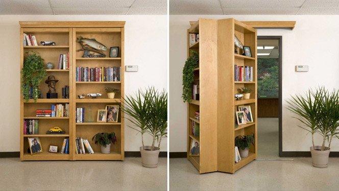 Porta disfarçada de estante de livros