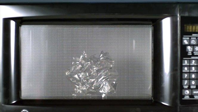 Veja o que acontece quando colocamos coisas erradas no microondas
