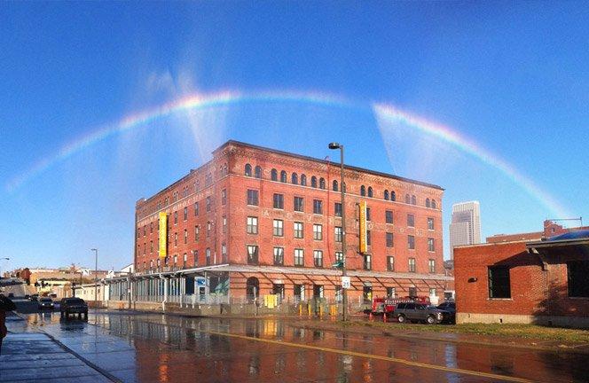 Artista cria máquina que faz arco-íris no meio da cidade