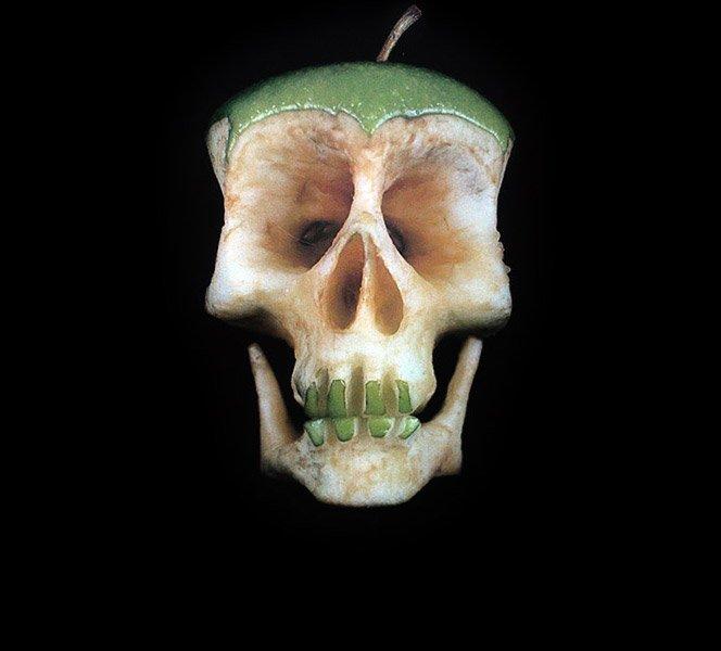 Esculturas de crânio em frutas e vegetais