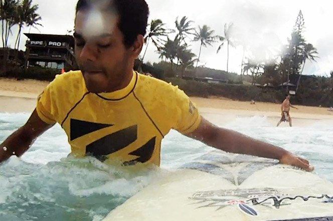 A incrível história de superação do surfista cego Derek Rabelo