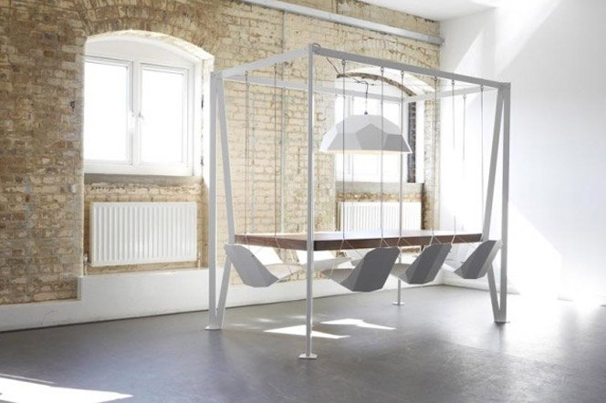 Mesa com cadeiras de balanço de playground