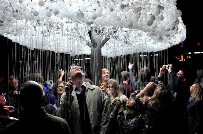 Nuvem interativa feita com 6.000 lâmpadas
