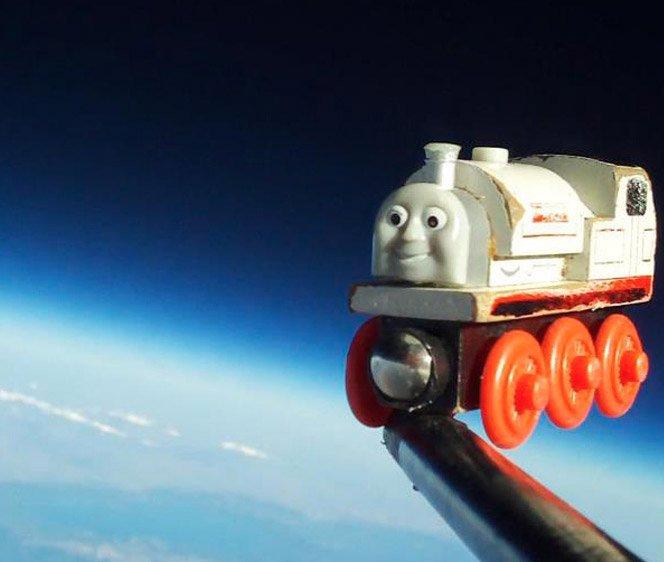 Pai faz o brinquedo favorito do filho conhecer o espaço