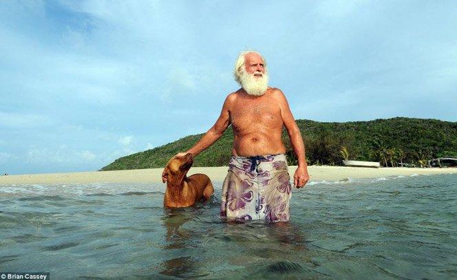 Ele largou a vida corporativa e foi viver sozinho numa ilha