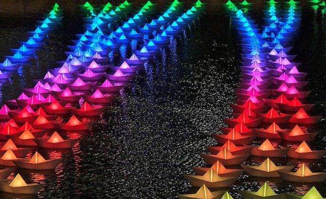 Instalação nostálgica de barquinhos iluminados