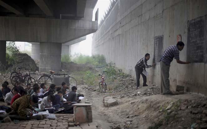 Uma escola que funciona debaixo da ponte na Índia