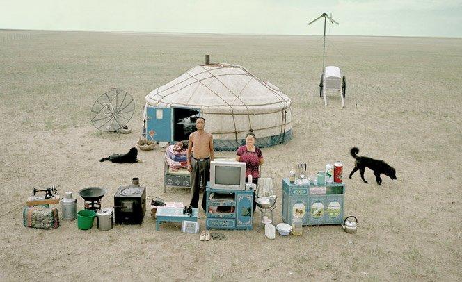 Fotógrafo registra  famílias ao lado de tudo o que possuem