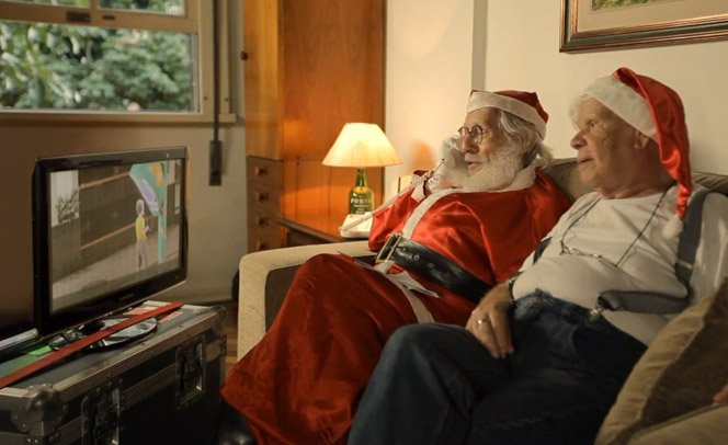 Crianças usam orelhão para falar com o Papai Noel