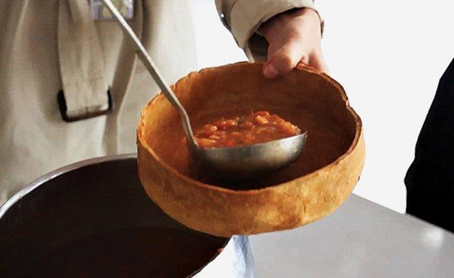 Moradores de ruas recebem sopa em cumbuca feita de massa de pão