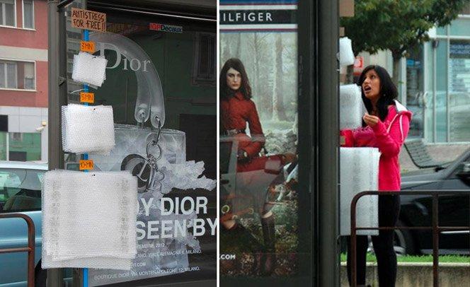 Artista coloca plástico bolha em pontos de ônibus para aliviar o tédio das pessoas