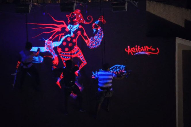 Graffiti Noturno feito com tinta que só aparece na luz negra