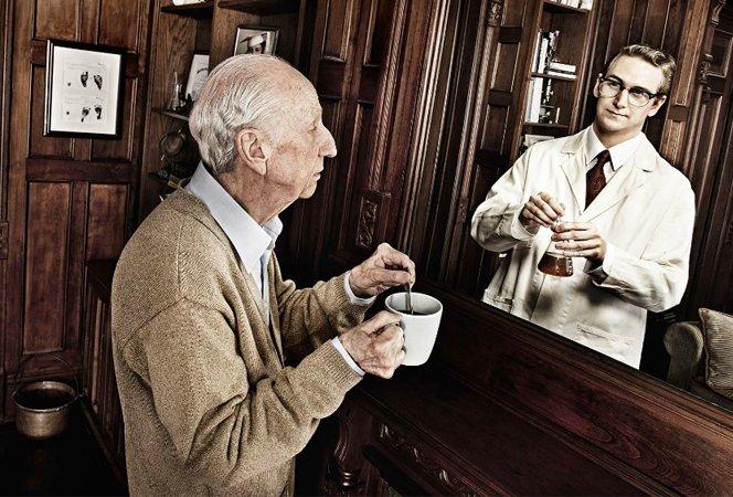 Fotógrafo faz reflexão sobre velhice ao mostrar idosos se enxergando jovens