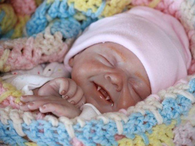 Artista cria esculturas ultra-realistas  de bebês zumbis e vampiros