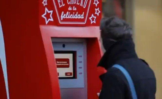 Caixa eletrônico permite sacar dinheirode graça desde que você compartilhe-o